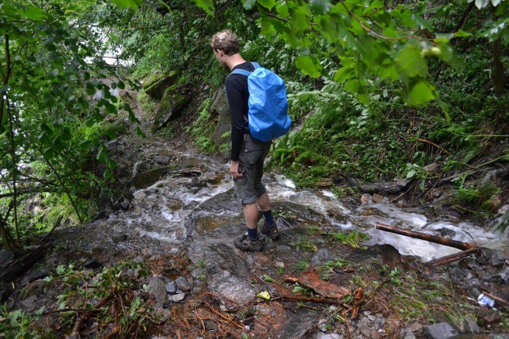 Een deel van het wandelpad is weggeslagen door de regen. Hiken in Zuid-Tirol: de Meraner Höhenweg