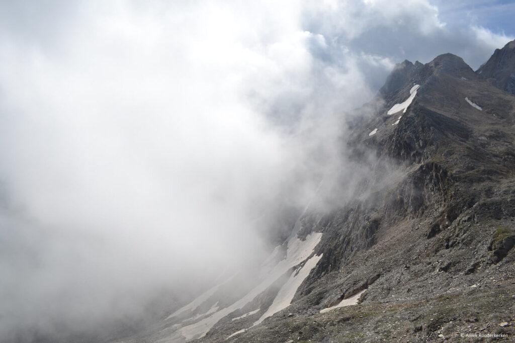 Een dichte mist kruipt over de Eisjöchl – Passo Gelato