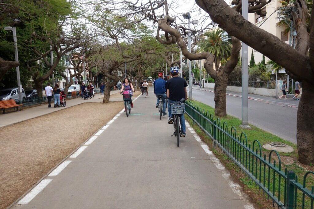 Fietsen door Rothschild Blvd. Tel Aviv