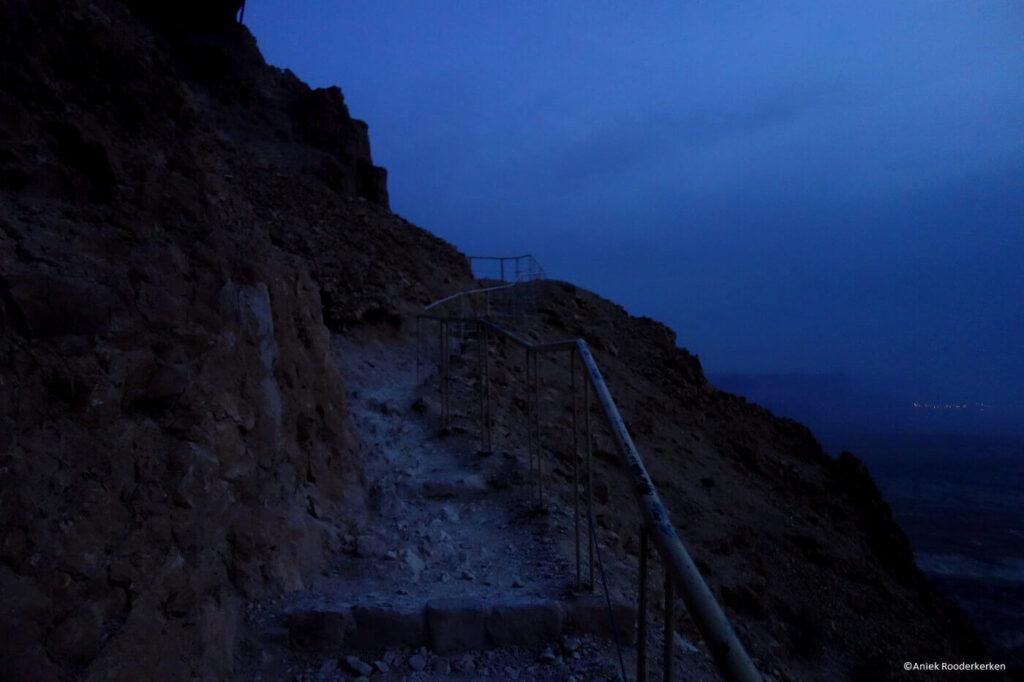 De klim naar het Masada fort in het donker