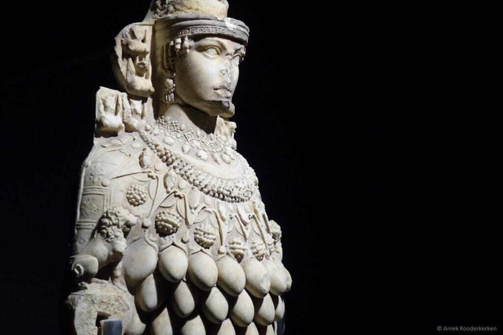 Beeld van Artemis in het Ephesus Museum