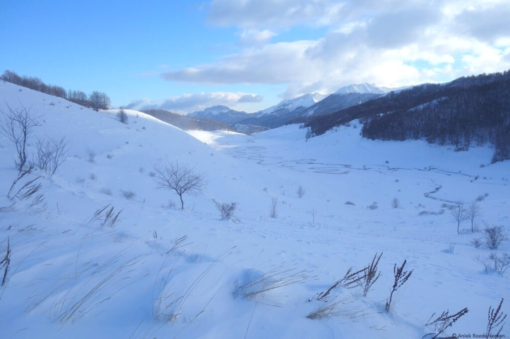 Umoljani ligt een klein uur van hoofdstad Sarajevo. De omgeving is in een dikke laag sneeuw gehuld.