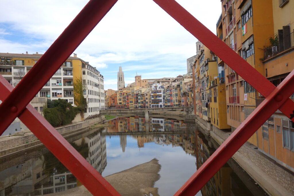 Gekleurde huizen aan de Onyar in Girona
