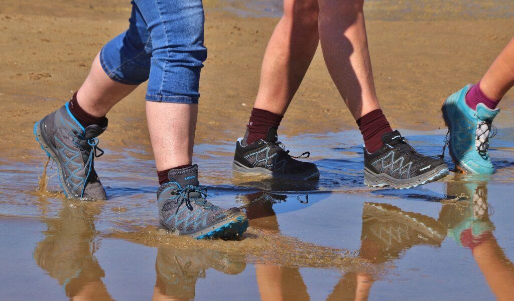 Waterdichte wandelschoen. Foto door Miez Peek