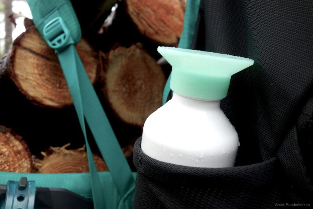 Een Dopper of andere drinkfles past goed in de zijvakken