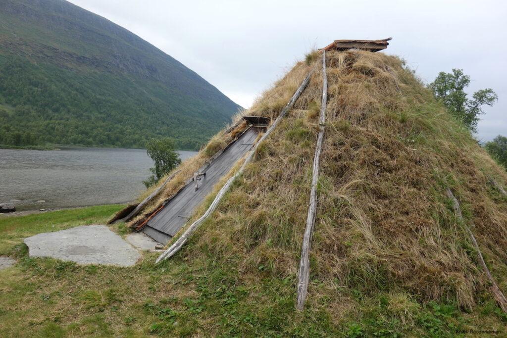 Een pluim rook komt ondertussen al omhoog uit de gaottie, een tipi gemaakt van boomstammen en mos, die gebouwd is op een kleine heuvel.