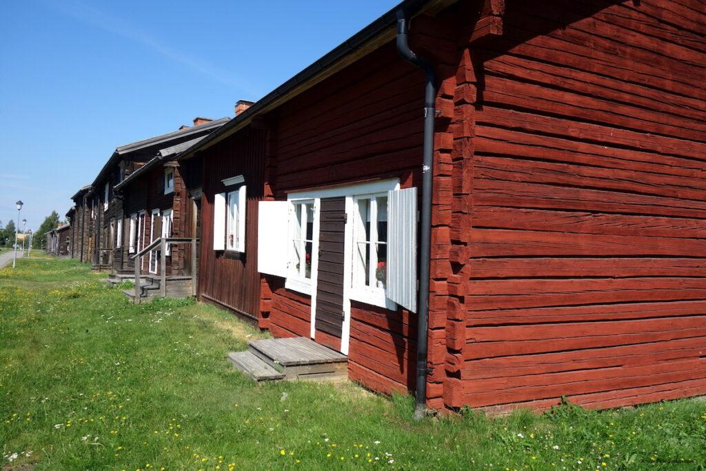 We maken een fietstocht langs de rivier Skellefte älv en komen al snel uit bij Bonnstan, het oude kerkdorpje van Skellefteå dat dateert uit de 17e eeuw.