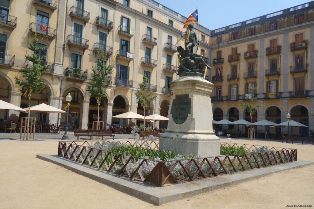 De wandeling start op Plaça de la Independència in de oude middeleeuwse binnenstad van Girona