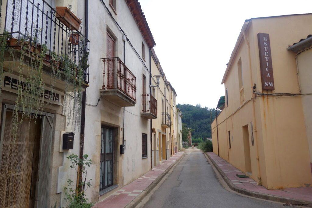Ik loop in Bescanó naar een waterpunt bij Carrer Santa Anna dat aan de route ligt