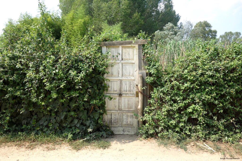 Een eenzame deur, midden in de tuin