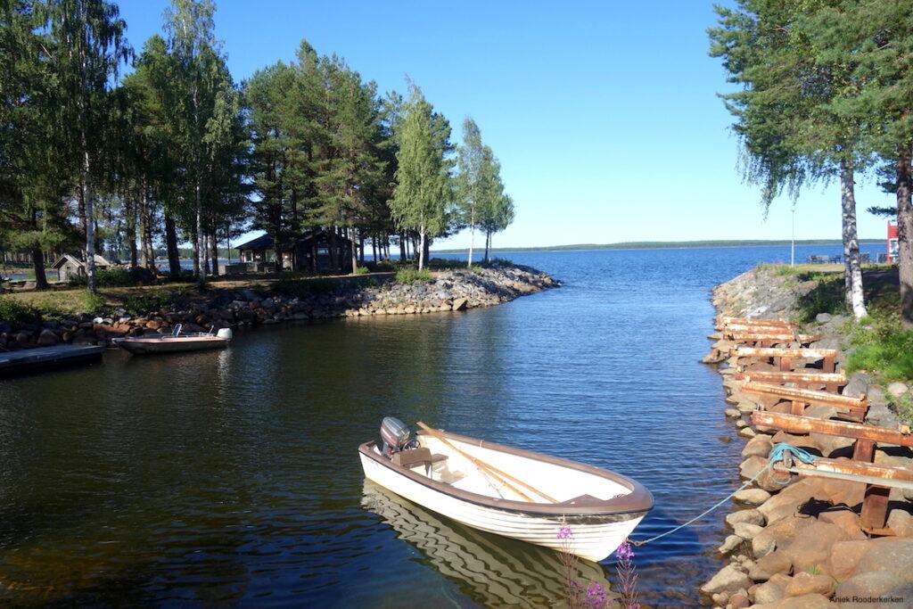 We overnachten bij Brändön Lodge in een houten lodge met uitzicht over het water.