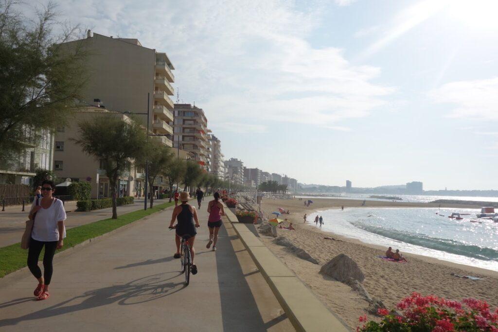 Het eerste deel van de route volg ik de boulevards van Sant Feliú, Platja d'Aro en Palamós
