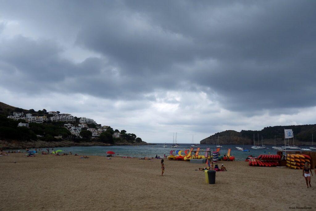 De baai van L'Escala ziet er dreigend uit