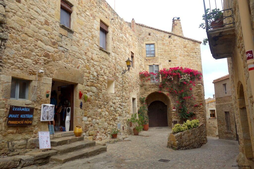 Pals, een klein middeleeuws stadje hoog op een heuvel