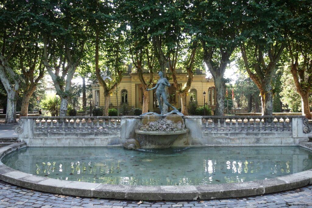 De route start in Olot, een groene stad, met veel parken en brede lanen waaraan grote villa's in het groen liggen.