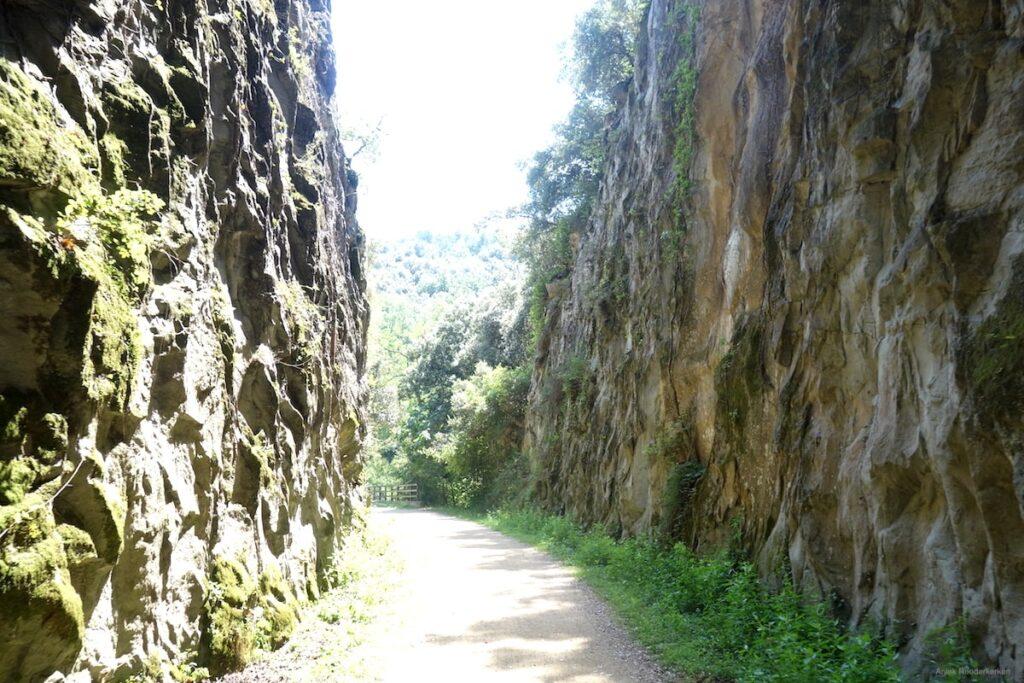 De Ruta del Carrilet loopt over smalle paden tussen de rotsen