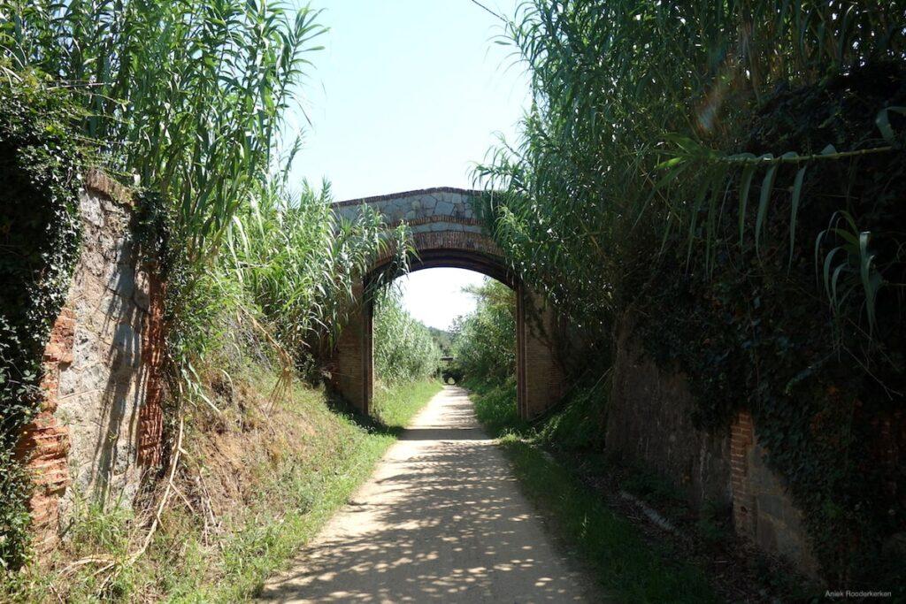 De Ruta del Carrilet loopt langs een kleine dorpen, een oud stationnetje. Over viaducten en door tunnels die herinneren aan de oude spoorlijnen.
