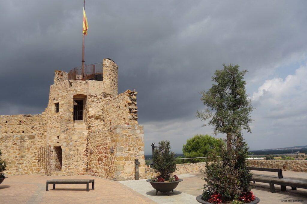 Ik beklim de Torre de la Presó aan het Paca del Castell. Het is de oude gevangenistoren, een overblijfsel van de oude stadsmuren van Llagostera.
