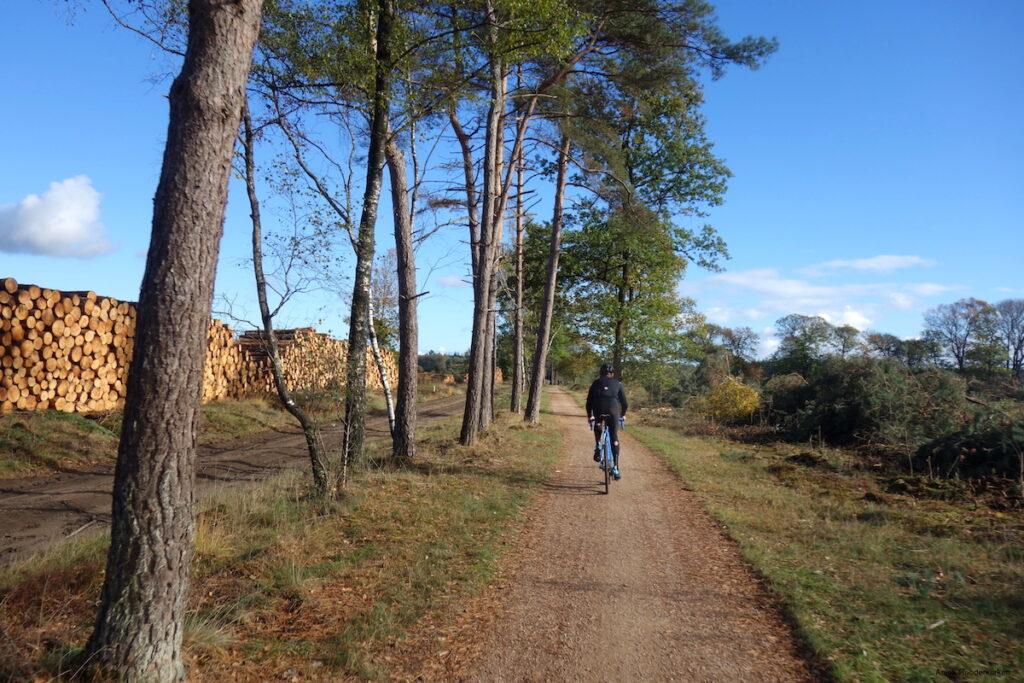 De route brengt je over bredere verharde en onverharde paden.