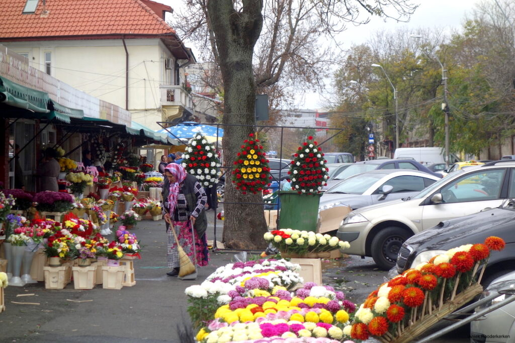 Een winkel op de bloemenmarkt in Boekarest.