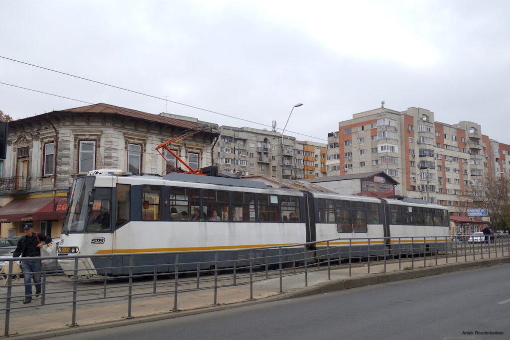 Een tram in de straten van Boekarest, Roemenië
