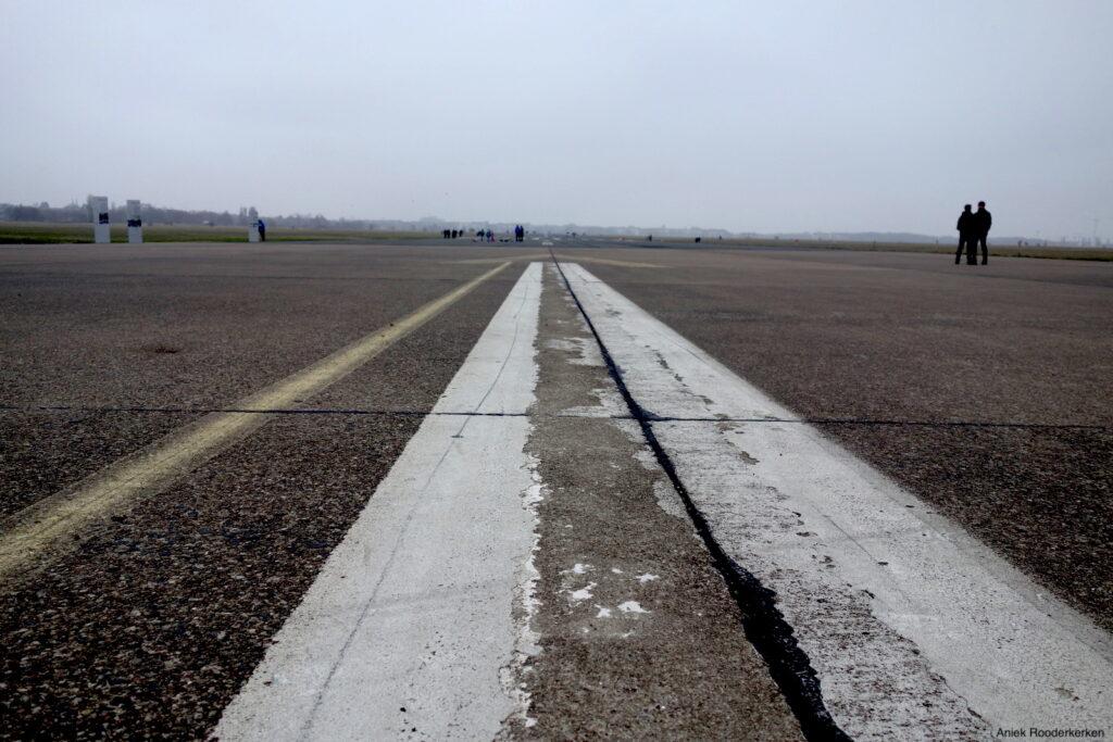 De landingsbaan van de verlaten luchthaven Tempelhof in Berlijn
