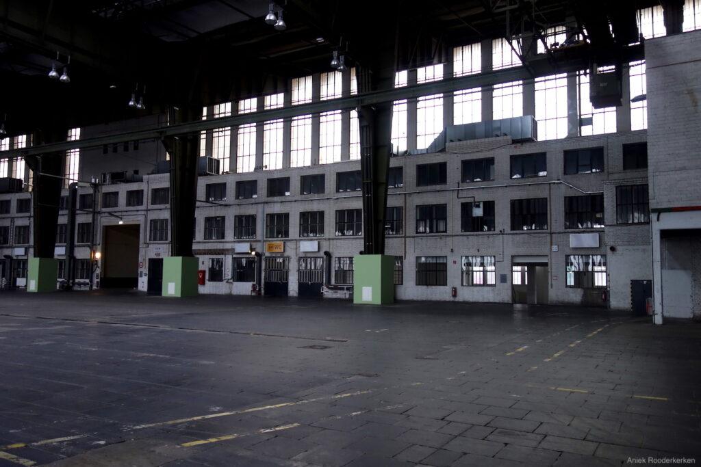 De lege hangar van Flughafen Tempelhof in Berlijn