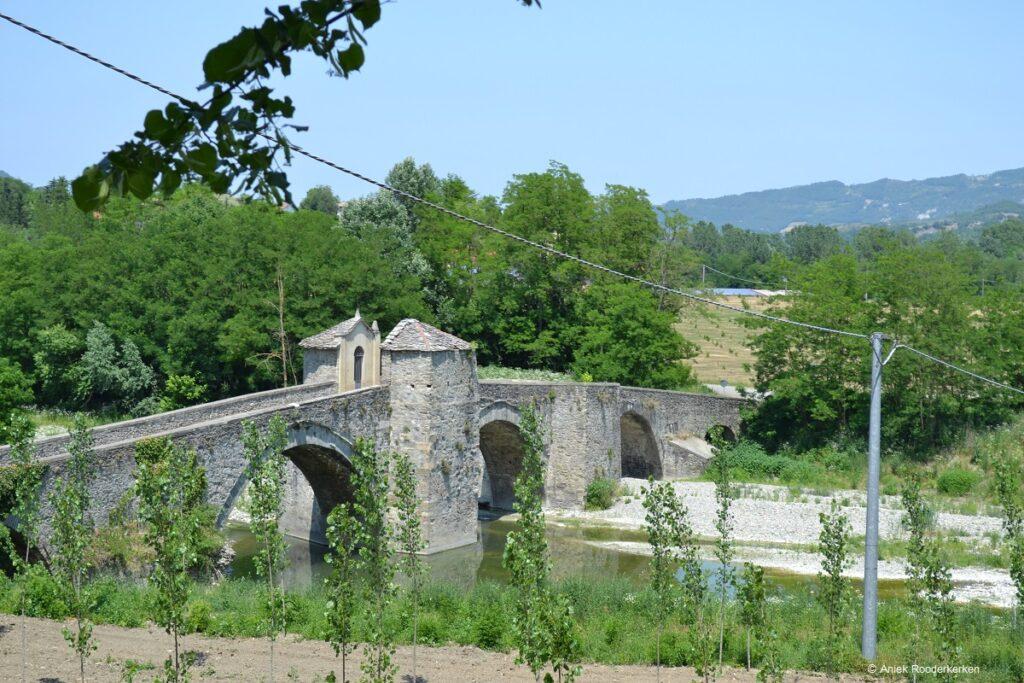 Middeleeuwse brug op weg naar Brusagio