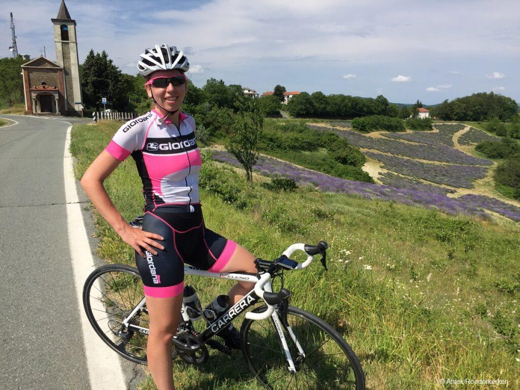 Wielrennen in de heuvels van Piemonte
