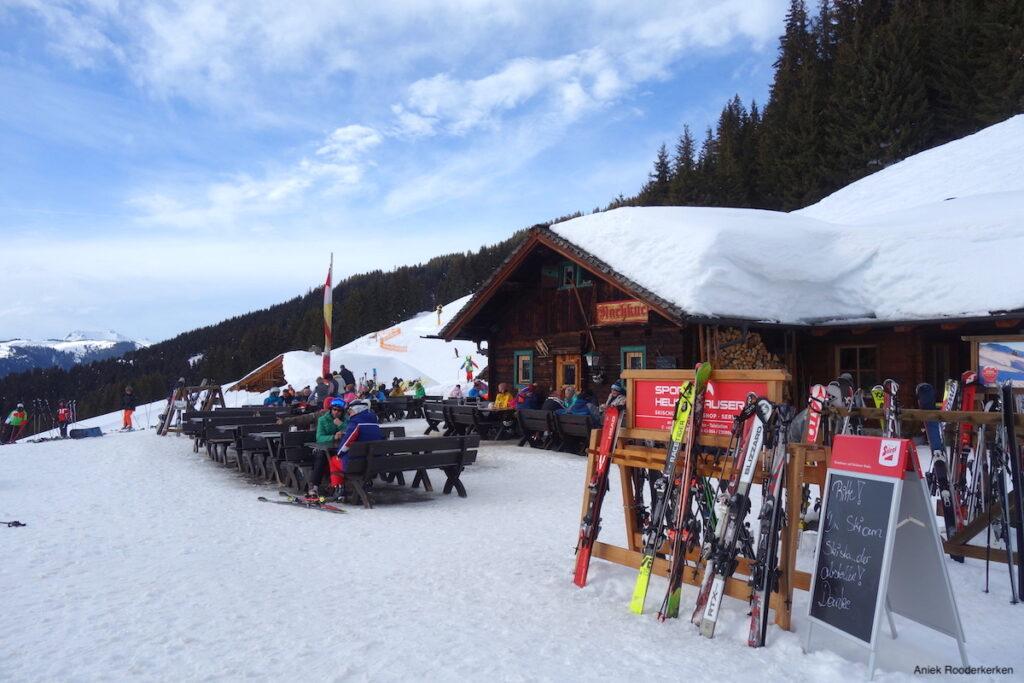 Na afloop van een dag skiën genieten we van een rustige après-ski bij de Rachkuchl hut.