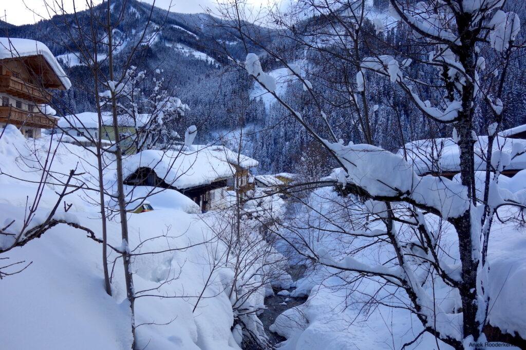 Een volledig ondergesneeuwd Viehhofen in Oostenrijk