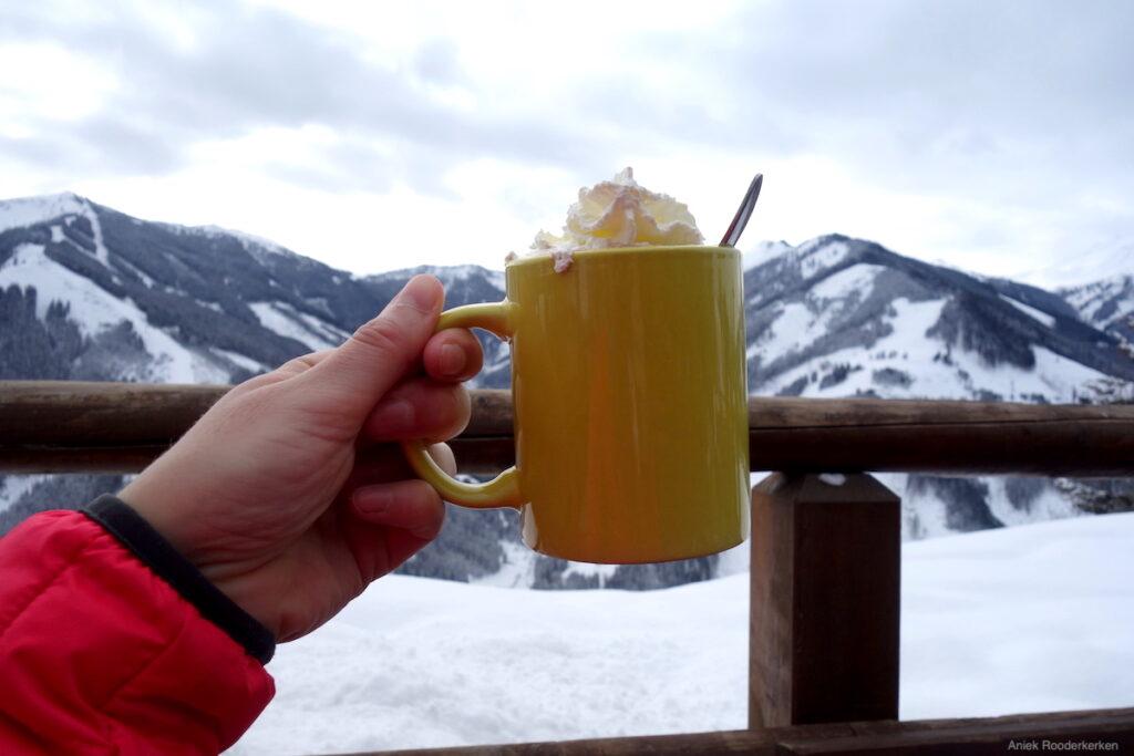 Bij de Hecherhütte drink je warme chocolade met slagroom. Mét uitzicht over de bergen van het Skicircus Saalbach Hinterglemm Leogang Fieberbrunn