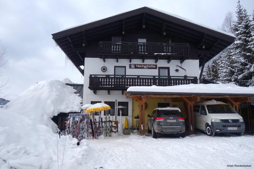 De Hecherhütte ligt direct aan de piste 68 én aan het wandelpad. Zowel wandelaars, langlaufers als skiërs kunnen dus een bezoek brengen aan deze authentieke berghut.
