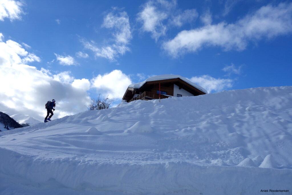 Onderweg naar de Hecherhütte loop je via skipistes, waar skiërs en langlaufers hun kunstjes tonen.