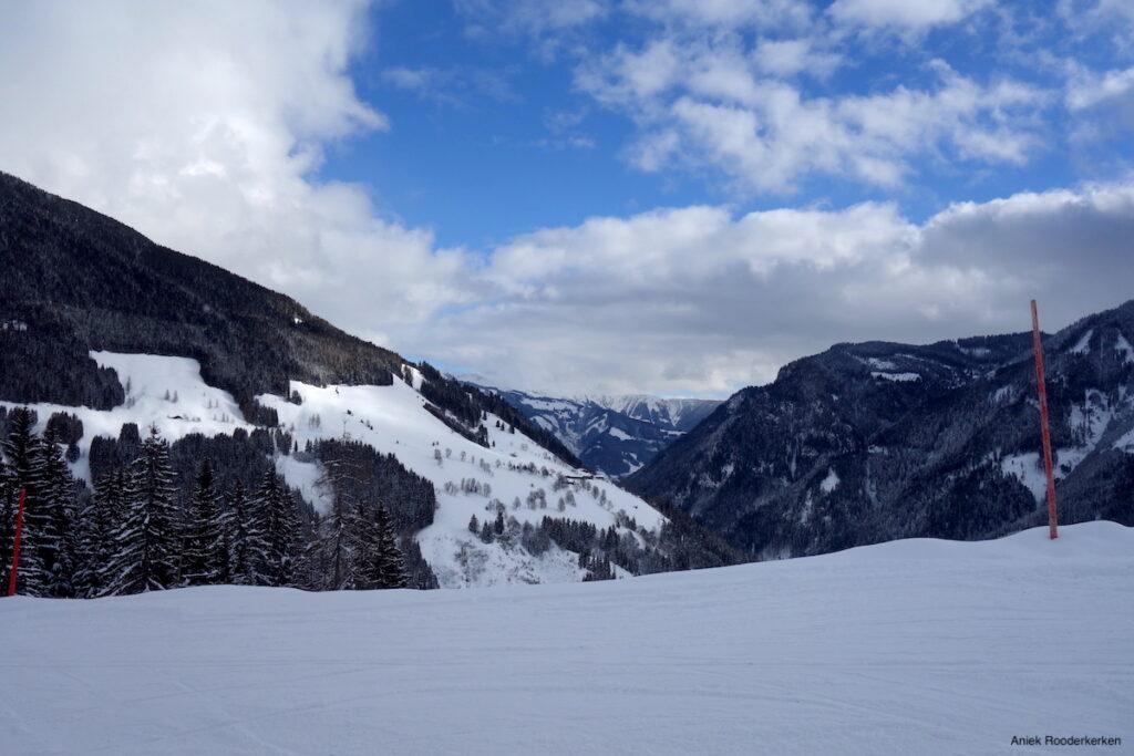 Een winterse wandeling met verre uitzichten.