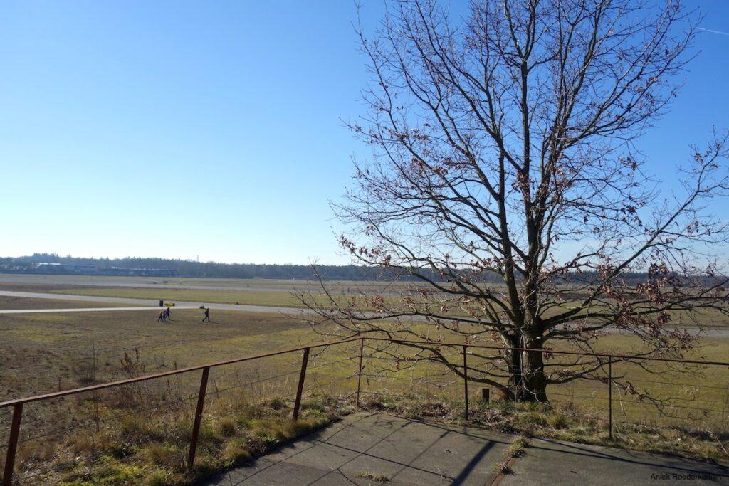 Uitzicht over de start- en landingsbanen van de Vliegbasis Soesterberg.