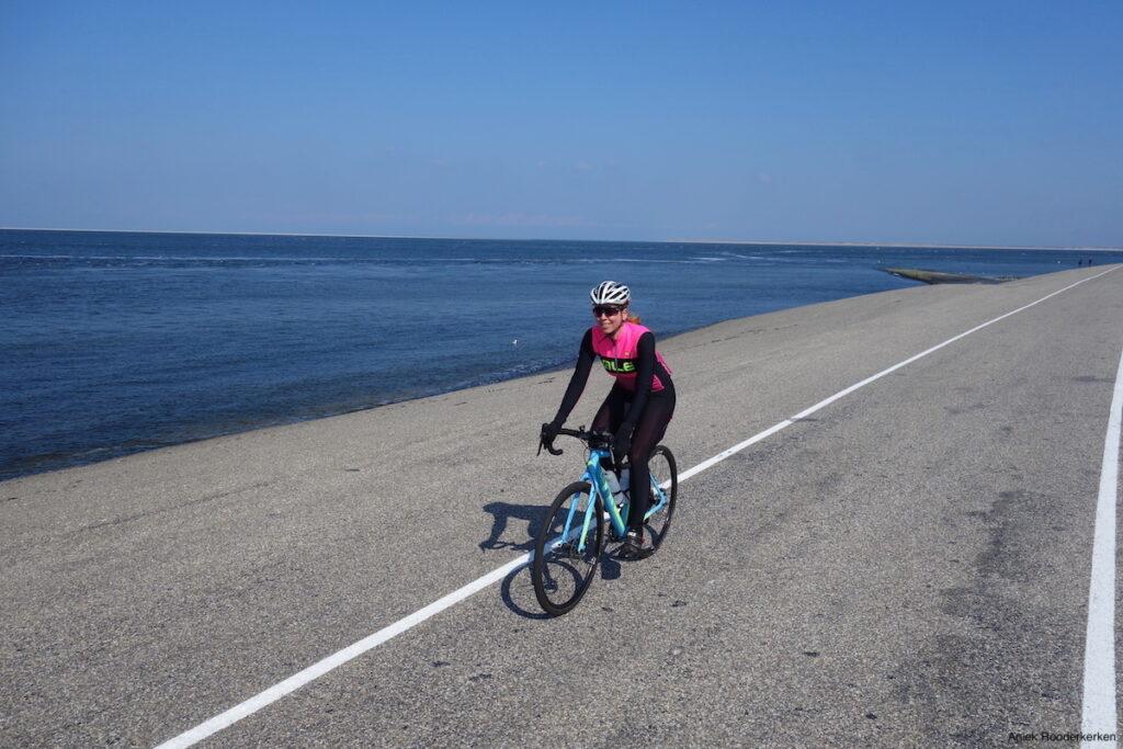 Fietsen over de zeepromenade van Fort Kijkduin naar Den Helder