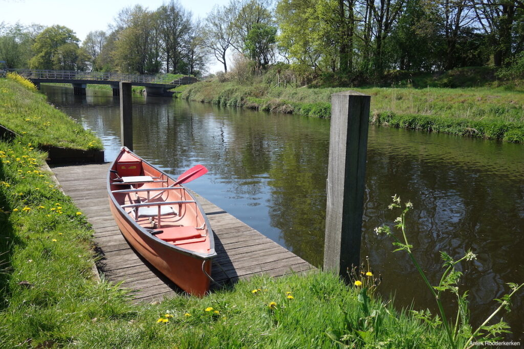 Een kano aan het Valleikanaal in Leusden