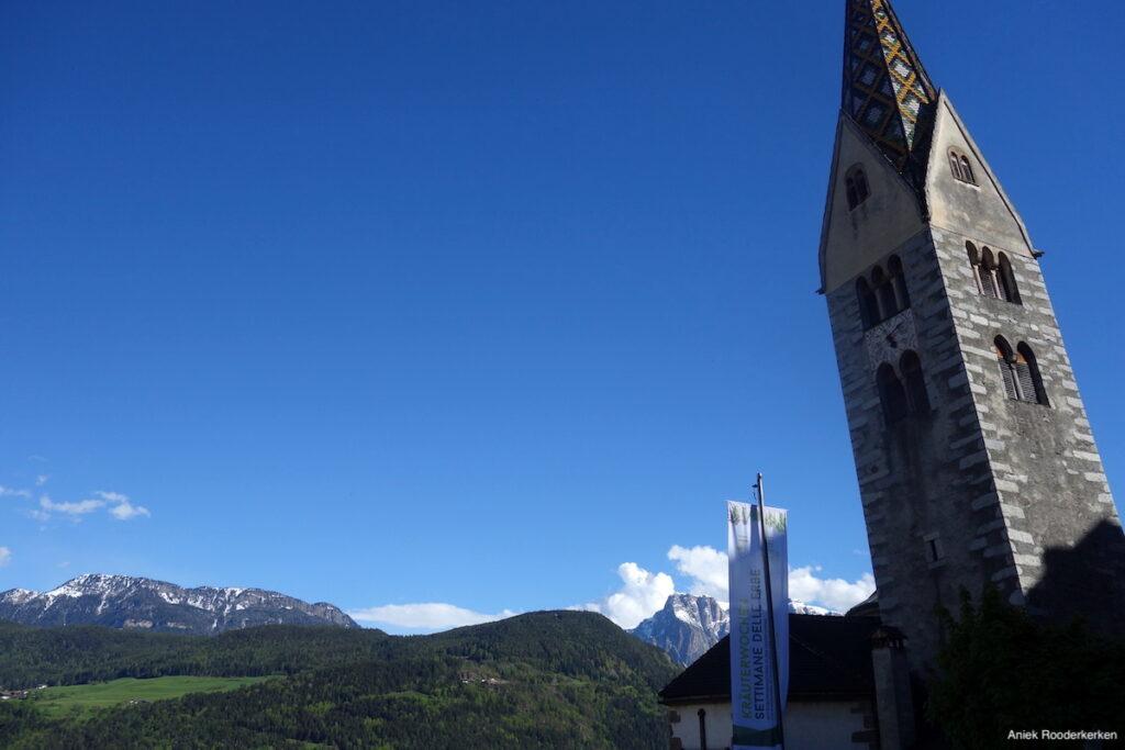 De scheve toren van Barbiano, met uitzicht op de Dolomieten.