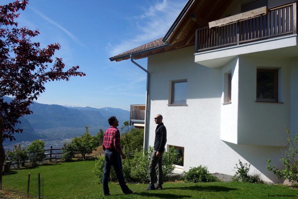 De Wernerhof bij Jenesien ligt hoog boven Bolzano, tussen de glooiende wijngaarden en de uitgestrekte appelboomgaarden.