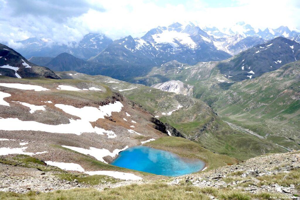 Uitzicht over het kleine meer van Lach dal Vach