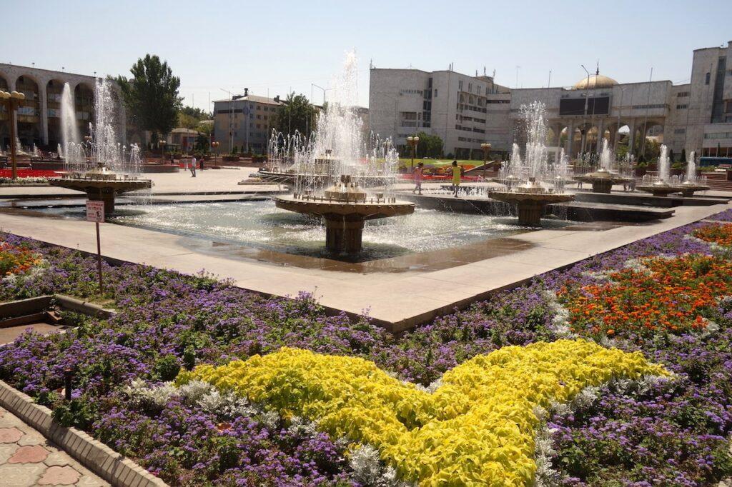 Het Ala Too plein is het centrale plein van Bishkek.
