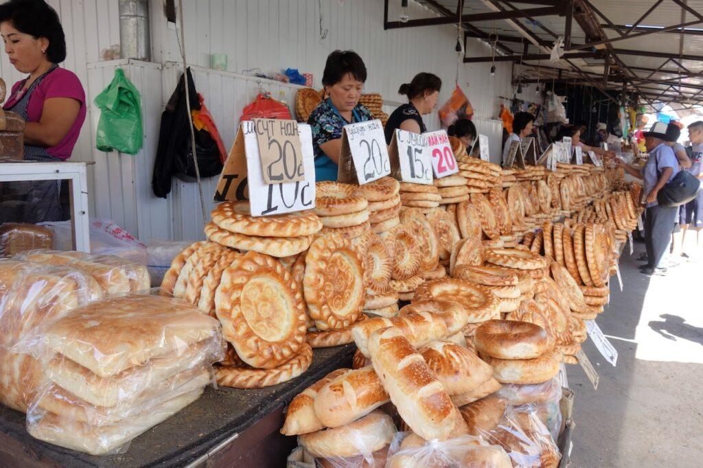 Prachtig gedecoreerde broden op Osh Bazaar in Bisjkek