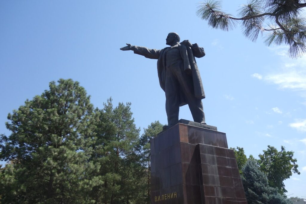 Het Lenin standbeeld staat nog altijd in Bisjkek, al is het op een minder prominente plaats.