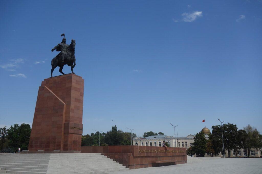 Lenin werd vervangen door het Manas-standbeeld, recht voor het museum.