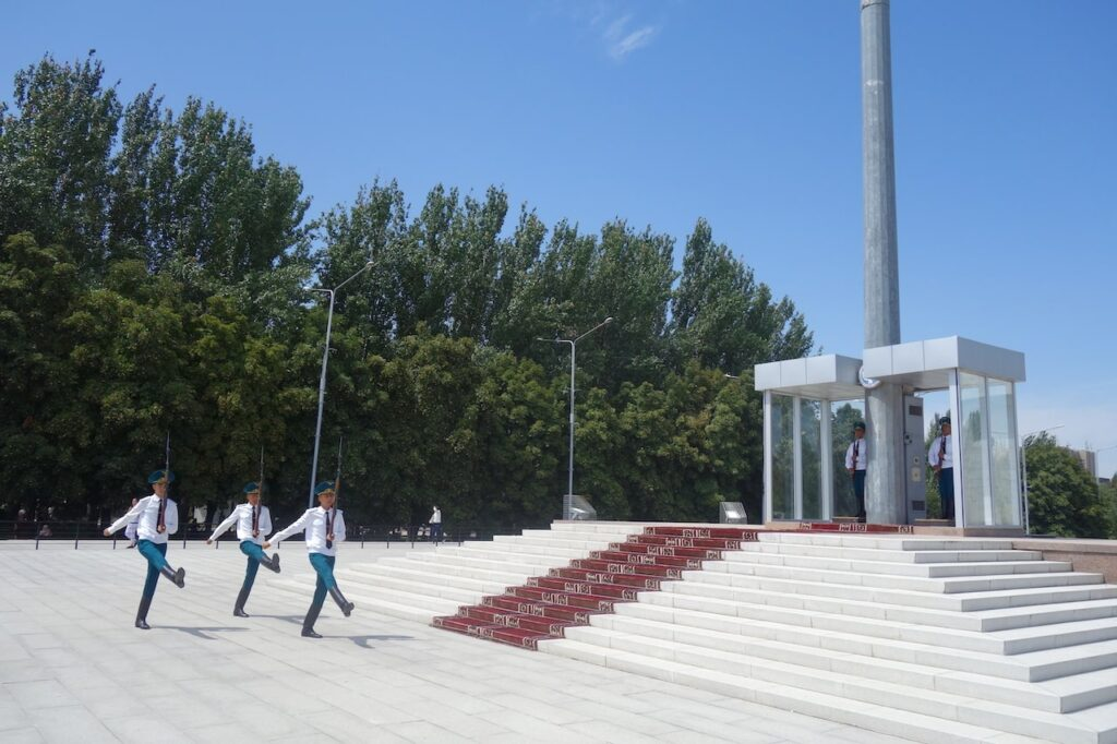 Wisseling van de wacht op het Ala Too Square in Bisjkek