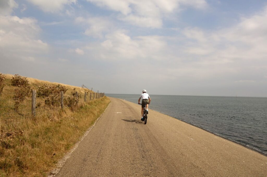 Fietsen over de Waddenzeedijk op Texel