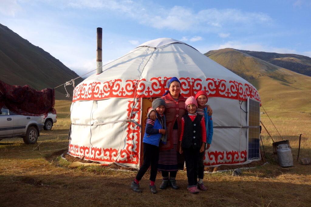 De familie voor hun yurt in Kirgizië