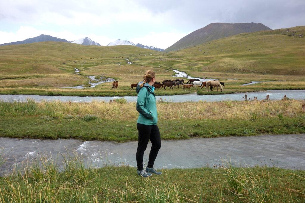 Base Camp ligt in een klein zijdal van de Karakol-rivier