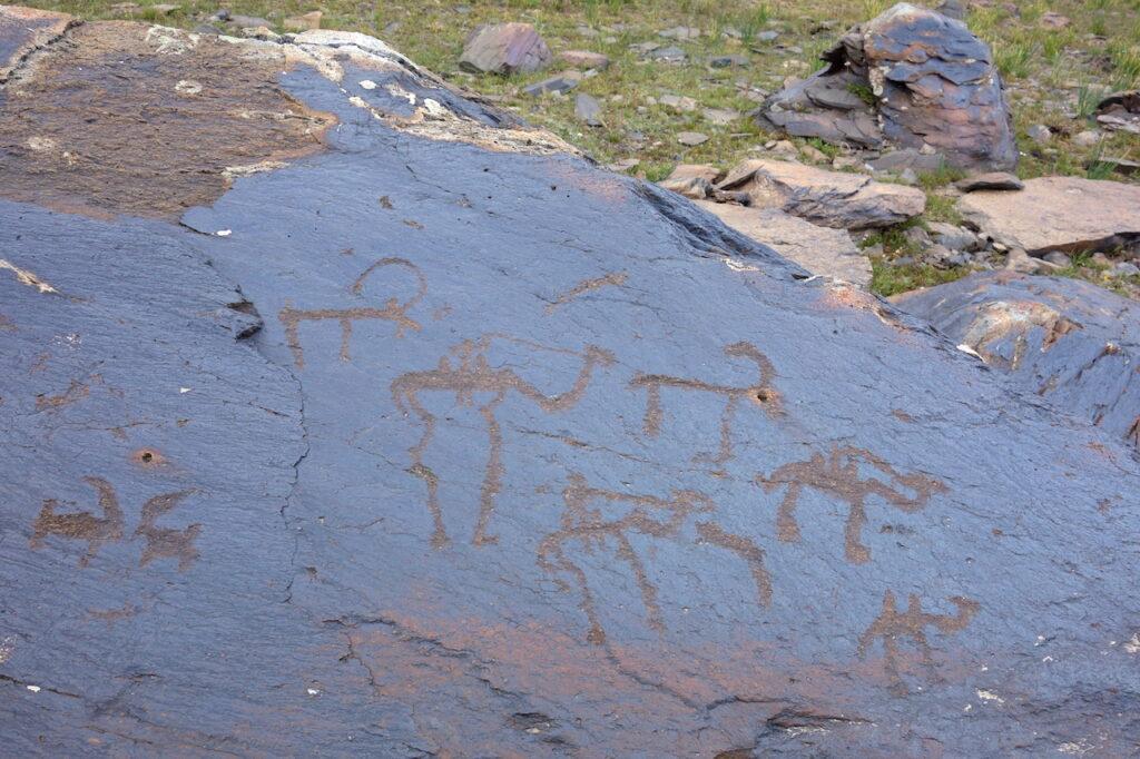 Petrogliefen: een kameel op de Zijderoute